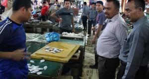 Anggota dewan Komisi B DPR berbincang dengan pedagang pada sidak pasar tradisional Lhokseumawe, Provinsi Aceh. Kamis (20/11). Sidak pasar dewan DPRK