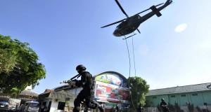 Pasukan TNI Raider Linud/700 melakukan penyergapan terhadap teroris di kantor Pertamina Region VII Sulawesi di Makassar, Sulawesi Selatan, Rabu (26/11)