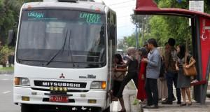 Sejumlah mahasiswa Universitas Sumatera Utara (USU) naik bus Lintas USU di Medan, Sumut, Jumat (28/11)
