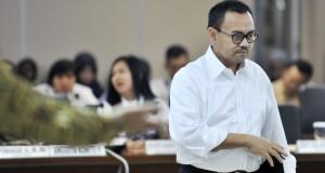 Menteri Energi dan Sumber Daya Mineral Sudirman Said, bersiap mengikuti rapat kerja dengan Komite II DPD di Kompleks Parlemen, Senayan, Jakarta, Rabu (26/11)
