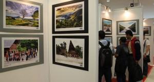 """Pengunjung mengamati foto yang dipajang pada pameran foto """"Kaldera Danau Toba Menuju Geopark Dunia"""" di Medan, Sumut, Rabu (26/11)."""