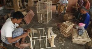 "Pengrajin menyelesaikan proses pembuatan sangkar burung kayu di industri sangkar burung rumahan ""Maju Sangkar"" Desa megawon, Jati, Kudus, Jateng, kamis (27/11)."