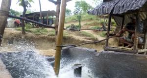 Seorang pekerja menuangkan solar hasil sulingan produksi sumur minyak mentah tradisional di Desa Wonocolo, Kecamatan Kedewan, Kabupaten Bojonegoro, Jawa Timur, Rabu (26/11).