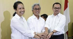 Menteri BUMN Rini Soemarno (kiri) menjabat tangan bersama Menteri ESDM Sudirman Said (kanan) dan Dirut Pertamina yang baru Dwi Soetjipto usai jumpa pers di kantor BUMN, Jakarta, Jumat (28/11).