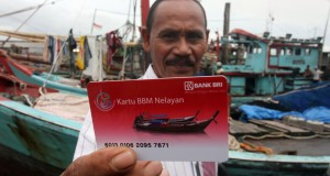 Seorang nelayan menunjukan Kartu BBM Subsidi Nelayan pada uji coba, di Belawan, Medan, Sumut, Selasa (23/12).