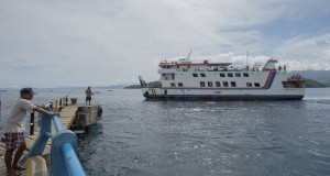 Kapal laut Maming asal kota Sofifi berlabuh di dermaga  Pelabuhan Penyeberangan Bastiong, Ternate, Maluku Utara, Sabtu (27/12).