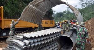 Sejumlah anggota TNI melakukan proses pembangunan tanggul jalan darurat di lokasi longsor Dusun Jemblung, Desa Sampang, Kecamatan Karangkobar, Banjarnegara, Jawa Tengah, Sabtu (20/12).
