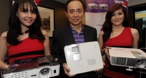 Country Manager BenQ Indonesia Eko Handoko Wijaya (tengah) bersama para model menunjukkan produk terbaru BenQ Proyektor Home Video W1070 dan W1080ST, di Jakarta, Kamis (18/12).