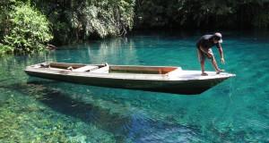 Warga Labuan Kelambu menambatkan perahu di dermaga kecil di lokasi ekowisata Labuan Cermin di Kampung Labuan Kelambu, Berau, Kalimantan Timur, Kamis (11/12).