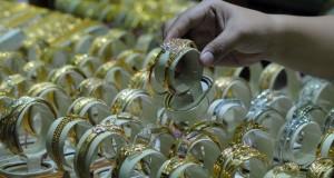 Pedagang toko emas saat menunjukan barang dagangannya di kawasan pasar anyar, Tangerang, Banten, Kamis (18/12).