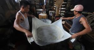 Pekerja menyelesaikan proses pembuatan tahu di sentra pembuatan tahu rumahan Bojong sari, Indramayu, Jawa Barat, Jumat (19/12)