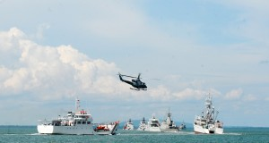 Sebuah Helikopter terbang di atas sejumlah kapal pada puncak peringatan Hari Nusantara 2014 di taman Siring Laut Kabupaten Kotabaru Kalimantan Selatan, Senin (15/12).