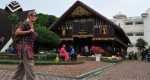 Wisatawan mancenagara mengunjungi objek wisata sejarah Rumah Adat Aceh di Banda Aceh, Kamis (18/12).