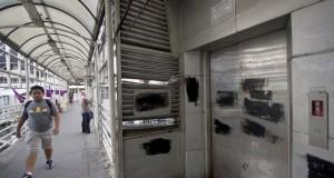 Pejalan kaki melintasi lift yang terdapat di Halte Transjakarta Sarinah, Jakarta, Kamis (18/12).