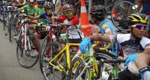 Pembalap bersiap melakukan start ketika mengikuti Lomba Customs Cycling (LCC) kategori Individual Time Trial di Gebog, Kudus, Jawa Tengah, Jumat (19/12)