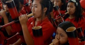Sejumlah siswa sekolah dasar dan menengah pertama memainkan musik bambu pada festival Lovely December di Makale, Tana Toraja, Sulawesi Selatan, Sabtu (27/12).