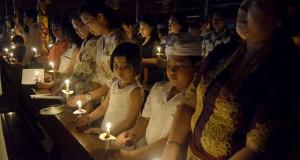 Umat Katolik menyanyikan lagu pujian saat melaksanakan misa Natal di Gereja Katolik Tritunggal Mahakudus Paroki, Desa Tuka, Badung, Bali, Rabu (24/12).