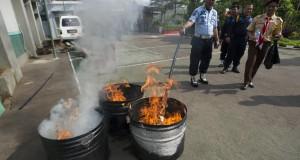 Petugas Lapas Cipinang dibantu sejumlah relawan memusnahkan telepon genggam dan barang elektronik lainnya milik narapidana dan tahanan hasil penggeledahan di Rutan Cipinang, Jakarta, Jumat (19/12)