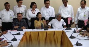 Menteri ESDM Sudirman Said, bersama Menteri BUMN Rini Soemarno dan Direktur Utama Pertamina Dwi Soetjipto bersama enam direktur Pertamina saat
