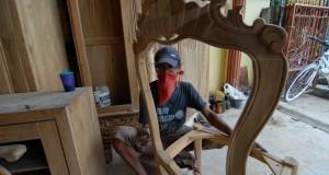 eorang pekerja menyelesaikan pembuatan mebel di tempat produksi di daerah Tangerang, Banten, Selasa Seorang pekerja menyelesaikan pembuatan mebel di tempat produksi di daerah Tangerang, Banten,