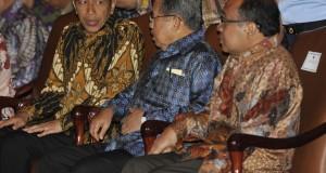 Presiden Joko Widodo (kiri) berbincang dengan Wapres Jusuf Kalla (tengah) dan Mensesneg Pratikno (kanan) saat pembukaan Musyawarah Rencana Pembangunan Nasional (Musrenbangnas) di Gedung Bidakara, Jakarta, Kamis (18/12). Acara tersebut guna menyusun rencana