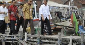 Presiden Joko Widodo (kanan) bersama Gubernur Jateng Ganjar Pranowo (kedua kanan) saat meninjau kondisi perkampungan nelayan Tambaklorok, di Semarang, Selasa (2/12).