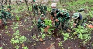 AnggotaTNI AD melakukan penanaman perdana pohon pada pelaksanaan program Satu Miliar Pohon yang dicanangkan Pemerintah di Taman Hutan Raya Sultan Adam desa Mandiangin Kalimantan Selatan, Rabu (3/12).