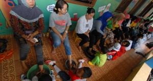 Sejumlah siswa RA. Al-Hakim membasuh kaki ibu mereka di Tangerang, Banten, Jumat (19/12)