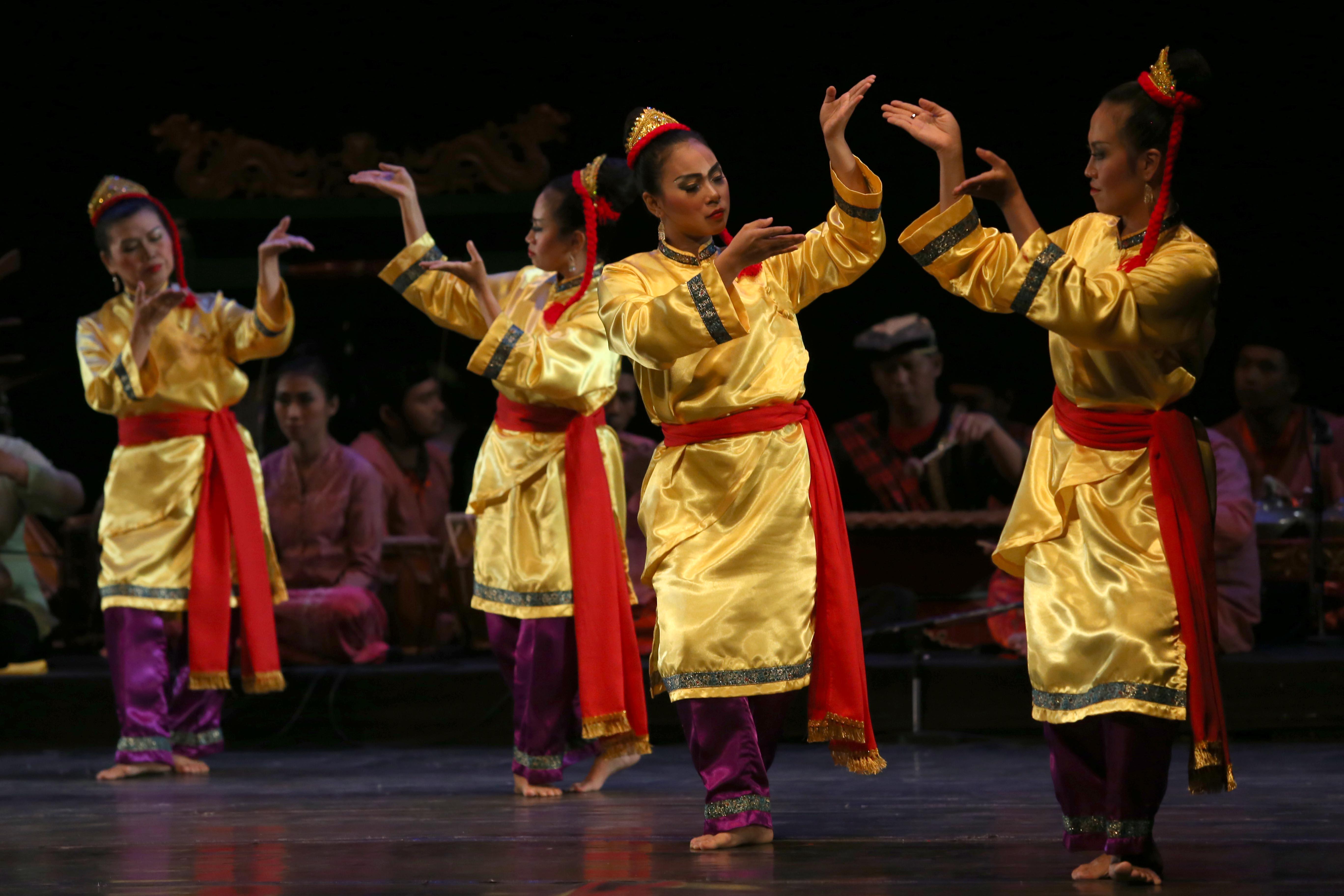 Sejumlah penari mementaskan tari tradisi Sipatmo dalam Telisik Tari DKJ Tari Betawi Topeng dan Cokek di Graha Budaya Jakarta, Taman Ismail Marzuki, Jakarta, Rabu (9/12).