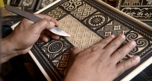 Seniman ukiran Toraja menyelesaikan salah satu hiasan di Kete Kesu kampung Bonoran, Kec. Sanggalangi, Toraja Utara,