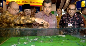 Wakil Presiden, Jusuf Kalla (kedua kanan) didampingi Gubernur Jatim, Soekarwo (kedua kiri), ketua Badan Kerjasama Badan Usaha Milik Daerah Seluruh Indonesia (BKSBUMDSI) Arif Afandi (kanan) dan Presiden Direktur PT Petrogas Jatim Utama, Abdul Muid (kiri) me