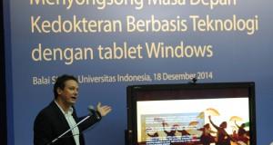 Senior Director Health and Social Services, Public Sector Microsoft Asia Gabe Rijpma mempresentasikan aplikasi MED+ saat peluncurannya di Balai Sidang Universitas Indonesia, Depok, Jabar, Kamis (18/12).
