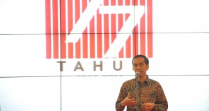Presiden Joko Widodo menyampaikan pidato pada  acara puncak Hari Ulang Tahun (HUT) Ke-77 Lembaga Kantor Berita Nasional (LKBN) Antara di Wisma ANTARA, Jakarta Pusat, Kamis (18/12) malam.