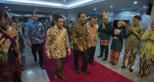 Presiden Joko Widodo (tengah) bersama Ketua Mahkamah Konstitusi (MK) Hamdan Zoelva (kiri) dan Sekjen MK Janedjri M. Gaffar (kanan) mengunjungi Pusat Sejarah Konstitusi MK pada peresmian pusat sejarah tersebut di Gedung MK, Jakarta, Jumat (19/12)