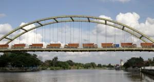 Sebanyak 15 truk disusun di atas jembatan pada saat loading test jembatan Siak III di Pekanbaru, Riau, Sabtu (20/12).