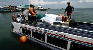 Penumpang naik di atap speed boat rute Tanjung Balai Karimun - Pulau Moro di Dermaga Karimun, Rabu (18/12)
