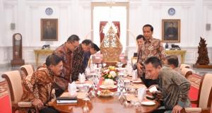 Presiden Joko Widodo (ketiga kanan) dan Wapres Jusuf Kalla (kedua kanan) melakukan jamuan makan siang dengan pimpinan lembaga tinggi negara yakni Ketua MA Hatta Ali (kiri), Ketua MPR Zulkifli Hasan (kedua kiri), Ketua MK Arief Hidayat, Ketua BPK Harry Azha