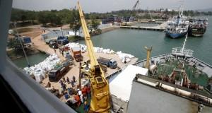 Pekerja memuat berbagai barang kebutuhan pokok ke atas KM Bukit Raya di Pelabuhan Sri Bayintan, Bintan, Kepulauan Riau, Minggu (25/1).