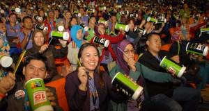 """Distributor Independen Herbalife Indonesia memainkan perkusi untuk memecahkan rekor MURI """"Permainan Perkusi Menggunakan kaleng Bekas Terbanyak"""" yang diikuti 10.000 distributor independen seluruh Indonesia dalam kegiatan Herbalife Spectacular 2015"""