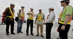 Dirut PT. Pengembang Pelabuhan Indonesia Dani Rusli Utama (ketiga kiri) berbincang dengan Direktur Mandiri Sekuritas Laksono W Widodo (tengah) dan Vice President Corporate Banking Bank Mandiri Buyung Ichsan Lukman (kedua kanan) ketika mendampingi investor