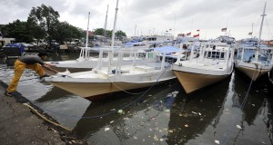 Kapal nelayan antar pulau saat sandar di Pelabuhan Paotere Makassar, Sulawesi Selatan, Rabu (28/1)