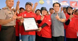 CEO Astra Motor, Sigit Kumala (kedua kanan), melakukan salam One Heart Honda bersama Kapolrestabes Semarang, Kombes pol Djihartono (kiri), dan perwakilan warga pelopor Kampung Safety Riding, usai Deklarasi dan Ikrar di Kelurahan Pandean Lamper, Kecamatan G