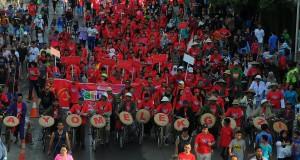 Ratusan warga dari berbagai komunitas mengikuti karnaval Ayo Melek Gizi saat memperingati Hari Gizi Nasional di ruas Jalan MH Thamrin, Jakarta, Minggu (25/1).