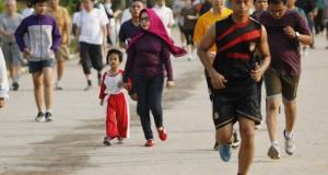 Sejumlah warga berlari di kawasan Lapangan Merdeka, Medan, Sumatera Utara, Rabu (28/1)