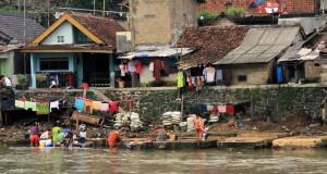 Sejumlah warga mandi, mencuci pakaian dan membuang sampah di pinggir sungai Cisadane di Kampung Muara, Kelurahan Pasir Jaya, Kota Bogor, Jabar, Selasa (27/1).