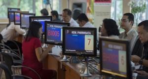 Petugas melayani calon investor di ruang Pelayanan Terpadu Satu Pintu (PTSP) Pusat di Gedung BKPM, Jakarta, Senin (26/1)