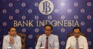 Direktur Eksekutif Departemen Komunikasi Bank Indonesia (BI), Tirta Segara (tengah) memberikan keterangan pers didampingi Direktur Eksekutif Kebijakan Ekonomi dan Moneter, Juda Agung (kanan) dan Direktur Departemen Kebijakan Makroprudensial, Agusman (kiri)