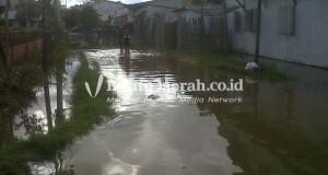 Banjir jln gudang garam kota ngabang kabupaten landak setinggi 40 cm pic 2