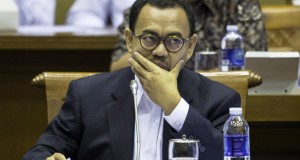 Menteri Energi dan Sumber Daya Mineral (ESDM) Sudirman Said mengikuti rapat kerja dengan Komisi VII DPR RI di Kompleks Parlemen, Senayan, Jakarta, Rabu (28/1)
