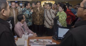 Presiden Joko Widodo (ketiga kanan) didampingi Mendag Rahmat Gobel (keempat kanan), Menkes Nila Moeloek (kanan) dan Kepala BKPM Franky Sibarani (kedua kanan) mengunjungi ruang Pelayanan Terpadu Satu Pintu (PTSP) Pusat di Gedung BKPM, Jakarta, Senin (26/1)